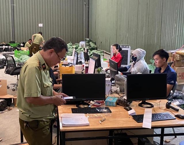 Kho hàng lậu hơn 100.000 sản phẩm giữa lòng Hà Nội của ông chủ người Trung Quốc - Ảnh 1.