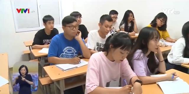 Học sinh lớp 12 gấp rút ôn thi tốt nghiệp THPT 2020 - Ảnh 1.