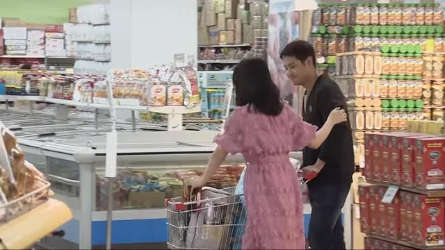 Đừng bắt em phải quên - Tập 20: Vừa thả thính nhẹ Ngọc, Duy bị bắt gặp đi siêu thị cùng gái lạ - Ảnh 2.