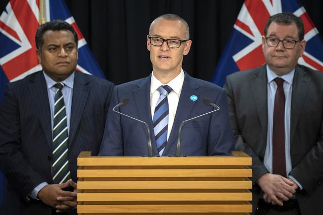 Đi du lịch, chuyển nhà... trong dịch COVID-19, Bộ trưởng Bộ Y tế New Zealand phải từ chức - Ảnh 1.