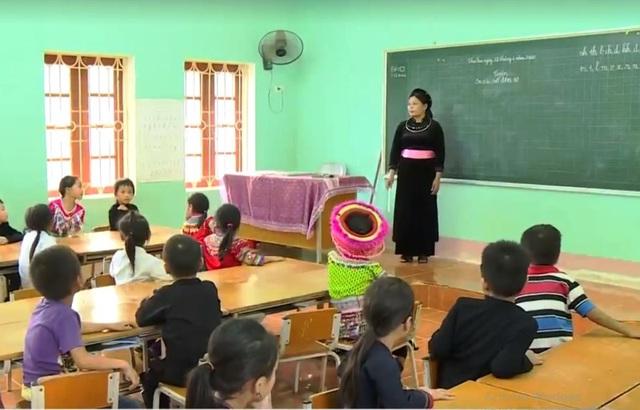 Giáo viên vùng cao vượt khó tiếp cận sách giáo khoa mới - Ảnh 1.