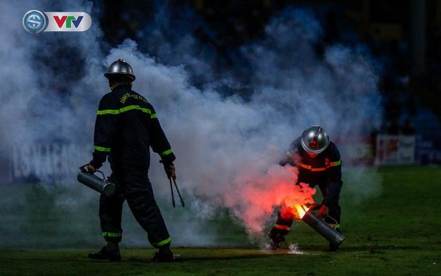 V.League 2020: Phạt BTC sân Hàng Đẫy 40 triệu đồng do để CĐV Hải Phòng đốt pháo sáng - Ảnh 1.