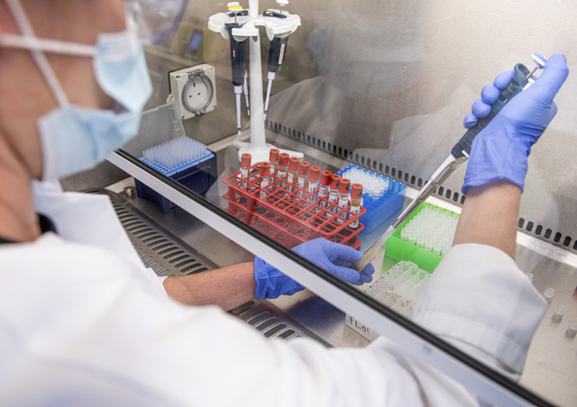 9.000 nhân viên y tế Brazil tham gia thử nghiệm vaccine COVID-19 giai đoạn cuối - Ảnh 1.