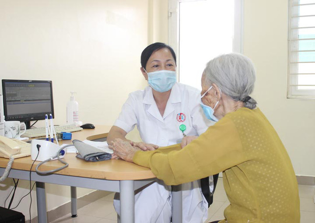 Gắp bỏ khối thức ăn nằm 5 ngày trong thực quản cụ bà 87 tuổi - Ảnh 1.