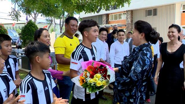 Chủ tịch Quốc hội Nguyễn Thị Kim Ngân đến thăm học viện bóng đá trẻ Juventus Việt Nam - Ảnh 1.