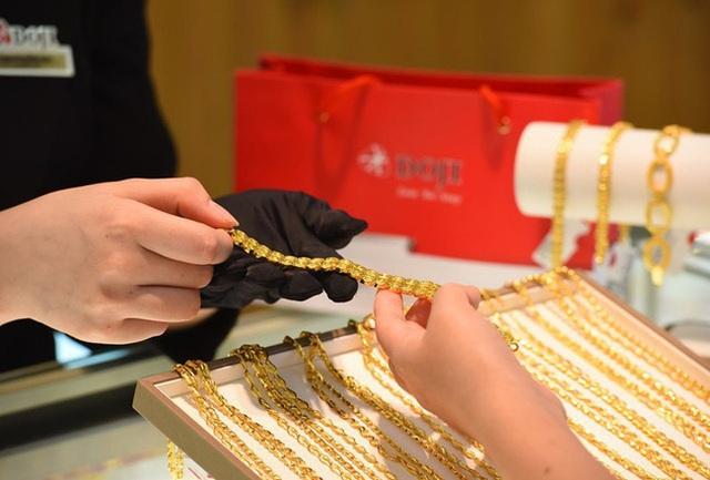 Nhu cầu vàng trang sức ở châu Á giảm khi giá vàng cao nhất trong 9 năm - Ảnh 1.