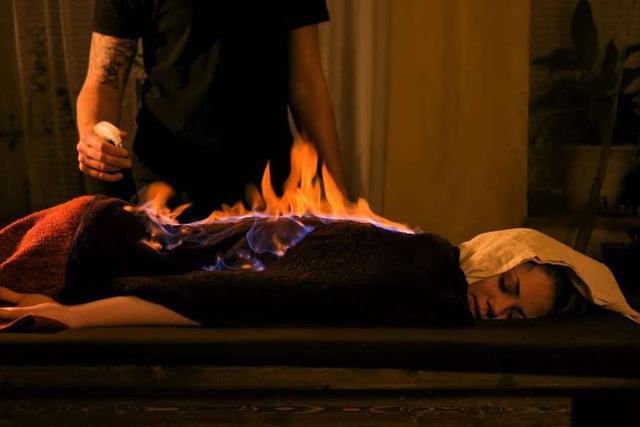 Massage lửa, thả rắn trên lưng,... 6 spa kỳ dị nhất thế giới ít ai dám thử - ảnh 4