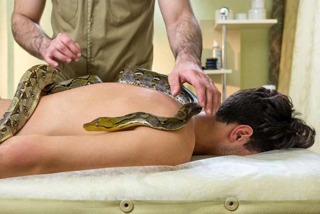 Massage lửa, thả rắn trên lưng,... 6 spa kỳ dị nhất thế giới ít ai dám thử - ảnh 6