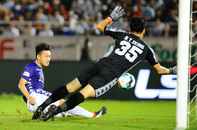 Tranh cãi xung quanh 2 tình huống không thổi phạt penalty trong trận CLB TP Hồ Chí Minh gặp CLB Hà Nội - Ảnh 1.