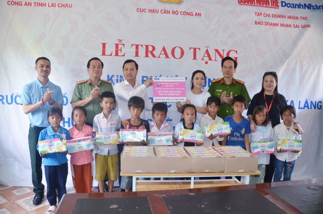 Trao tặng hơn 200 triệu đồng xây trường ở Mường Tè, Lai Châu - Ảnh 1.