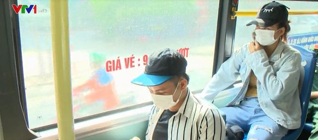 Phòng chống dịch trở lại, người dân Hà Nội phải đeo khẩu trang tại nơi công cộng - Ảnh 1.