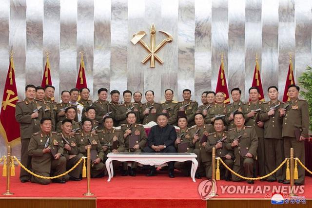 Nhà lãnh đạo Kim Jong-un thăm nghĩa trang liệt sĩ, tặng súng cho chỉ huy quân đội - Ảnh 1.