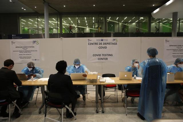 Pháp đưa ra nhiều quy định mạnh tay chống dịch COVID-19 - Ảnh 1.