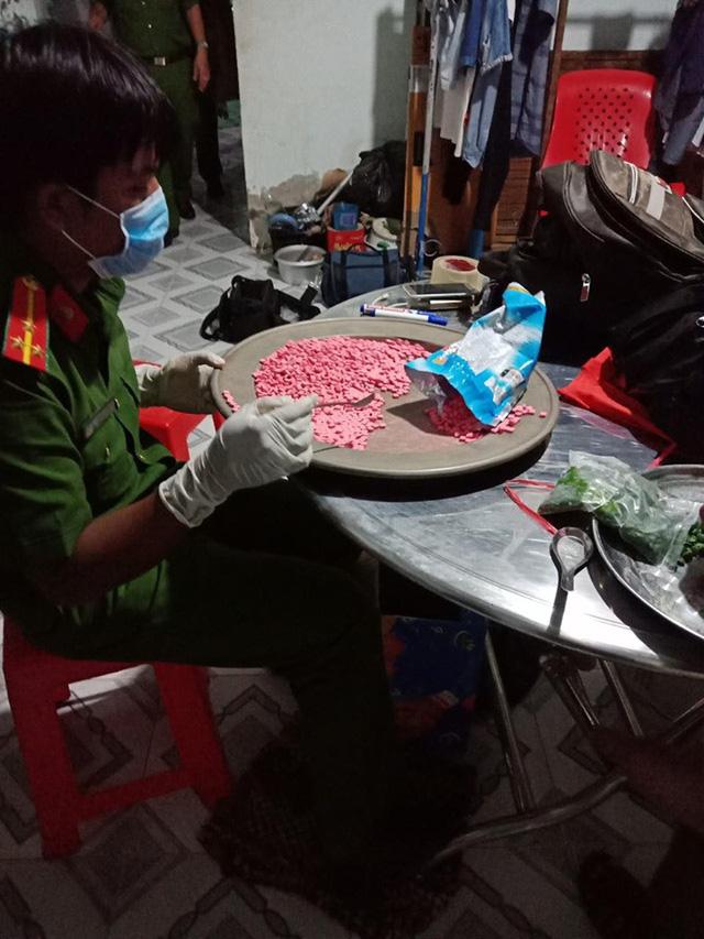 Ập vào nhà giữa đêm, bắt vụ tàng trữ hơn 10kg ma túy - Ảnh 2.