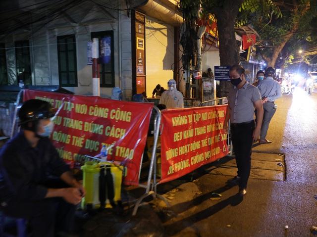 Thêm ca nghi dương tính với SARS-CoV-2, Hà Nội phong tỏa 1 khu phố ngay trong đêm - Ảnh 4.