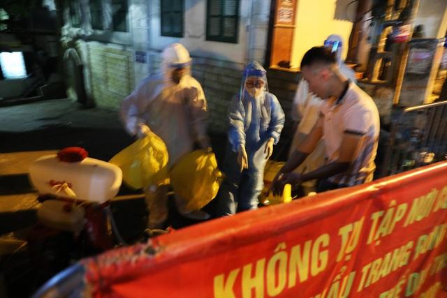 Thêm ca nghi dương tính với SARS-CoV-2, Hà Nội phong tỏa 1 khu phố ngay trong đêm - Ảnh 3.