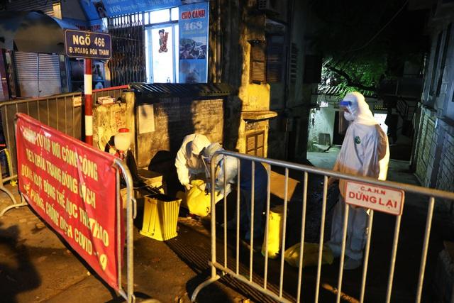 Thêm ca nghi dương tính với SARS-CoV-2, Hà Nội phong tỏa 1 khu phố ngay trong đêm - Ảnh 2.