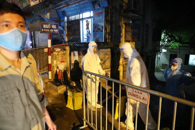 Thêm ca nghi dương tính với SARS-CoV-2, Hà Nội phong tỏa 1 khu phố ngay trong đêm - Ảnh 1.