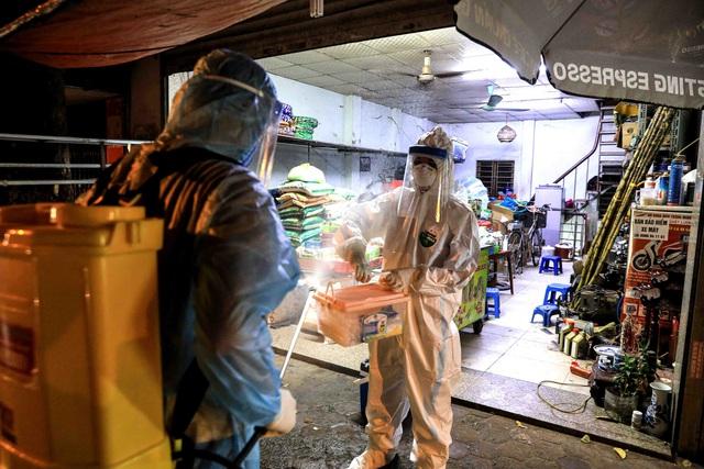 Thêm ca nghi dương tính với SARS-CoV-2, Hà Nội phong tỏa 1 khu phố ngay trong đêm - Ảnh 7.