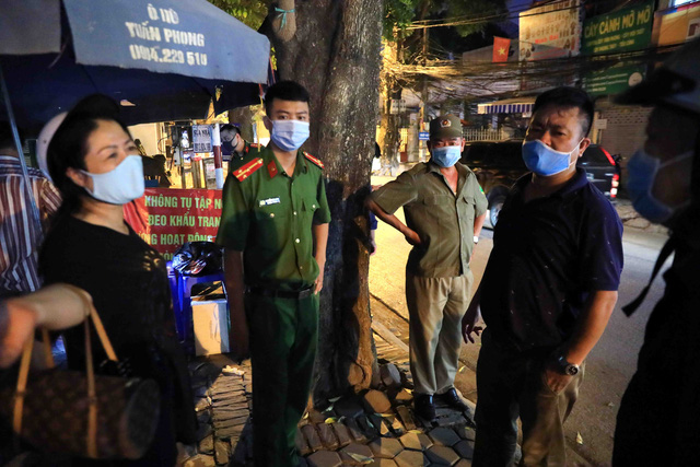 Thêm ca nghi dương tính với SARS-CoV-2, Hà Nội phong tỏa 1 khu phố ngay trong đêm - Ảnh 5.