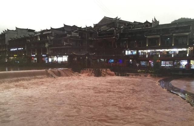Phượng hoàng cổ trấn chìm trong biển nước do mưa lớn kéo dài - Ảnh 1.