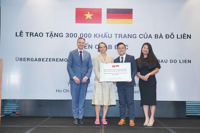 300.000 khẩu trang từ Quỹ Môi trường Xanh Việt Nam đến tay người dân CHLB Đức - Ảnh 3.