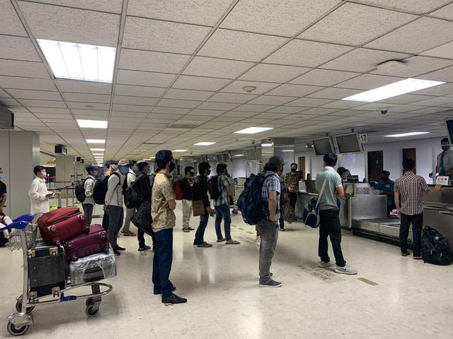 200 công dân Việt Nam từ Sri Lanka, Bangladesh về nước an toàn - Ảnh 1.