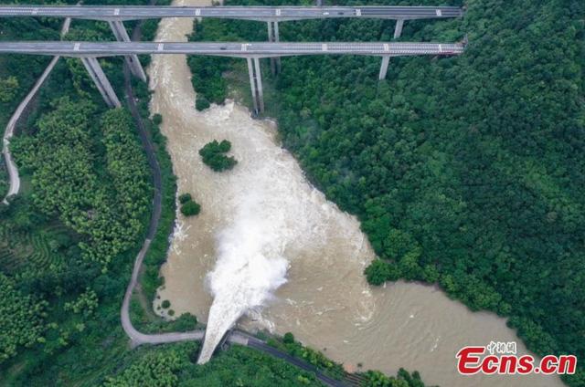 Trung Quốc kích hoạt phản ứng khẩn cấp đối phó với lũ lụt - Ảnh 1.