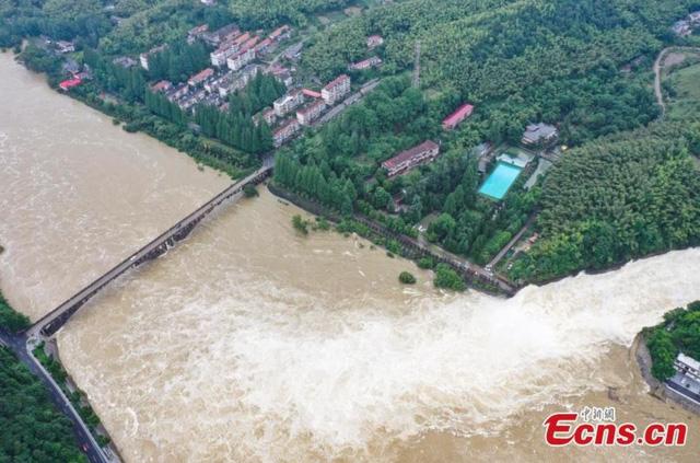Trung Quốc kích hoạt phản ứng khẩn cấp đối phó với lũ lụt - Ảnh 2.