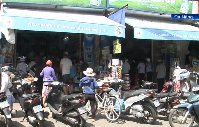 Người dân Đà Nẵng chen chúc, xô lấn nhau mua lương thực tích trữ - Ảnh 1.