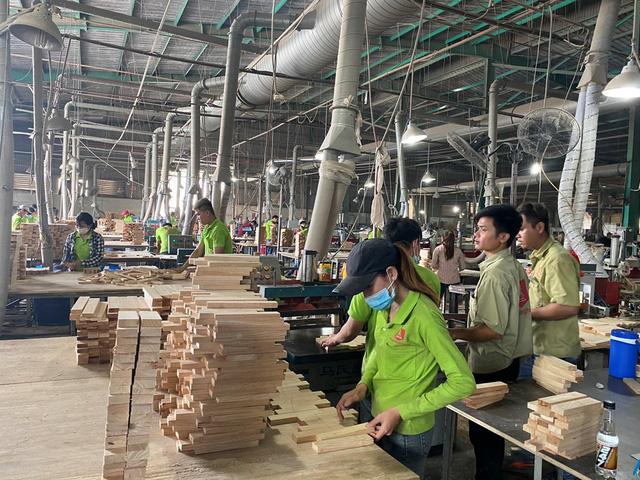 Đột ngột bị áp thuế 25%, gỗ ghép thanh ùn tắc tại nhiều cảng biển - Ảnh 1.