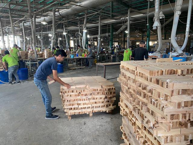 Đột ngột bị áp thuế 25%, gỗ ghép thanh ùn tắc tại nhiều cảng biển - Ảnh 3.