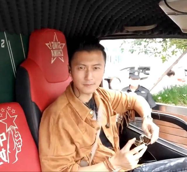 Tạ Đình Phong bị cư dân mạng phản đối vì không đeo khẩu trang khi đi tour Vũ Hán - Ảnh 1.