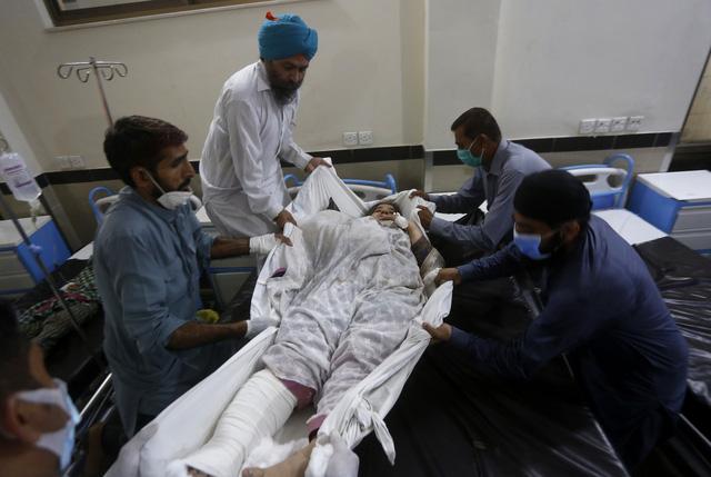 Xe khách bị tàu hỏa đâm trực diện tại Pakistan, ít nhất 22 người thiệt mạng - Ảnh 3.