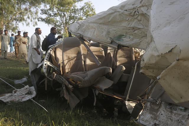 Xe khách bị tàu hỏa đâm trực diện tại Pakistan, ít nhất 22 người thiệt mạng - Ảnh 2.