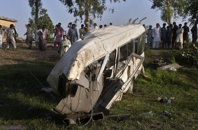 Xe khách bị tàu hỏa đâm trực diện tại Pakistan, ít nhất 22 người thiệt mạng - Ảnh 1.