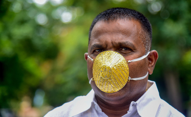 Không có gì ngoài điều kiện, doanh nhân Ấn Độ chi 4.000 USD làm khẩu trang vàng - Ảnh 1.