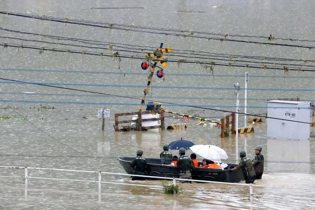Lũ lụt, lở đất hoành hành từ Trung Quốc đến Nhật Bản  - Ảnh 4.
