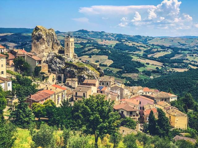 Thu hút du lịch hậu COVID-19, ngôi làng đẹp như tranh vẽ tại Italy miễn phí chỗ ở cho du khách - ảnh 2