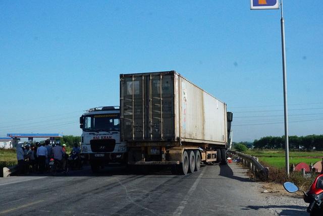 Xe tải đối đầu xe container, 3 người thương vong - Ảnh 3.