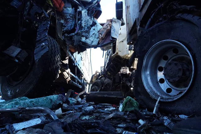 Xe tải đối đầu xe container, 3 người thương vong - Ảnh 2.