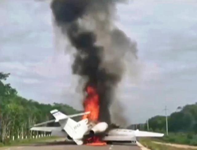 Mexico: Tự đốt cháy máy bay khi bị phát hiện chở hàng trăm kg ma túy - Ảnh 1.