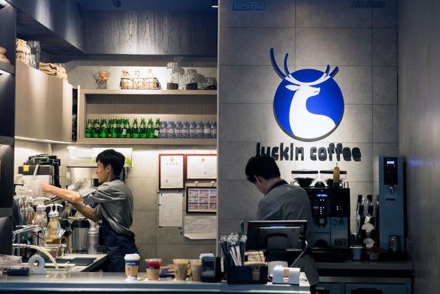Thổi phòng doanh thu, sàn chứng khoán Mỹ hủy niêm yết kỳ lân cà phê Trung Quốc - Ảnh 1.
