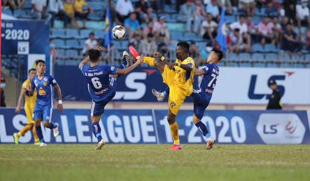 Chùm ảnh: CLB Quảng Nam giành 3 điểm trong ngày ra mắt tân HLV - Ảnh 10.