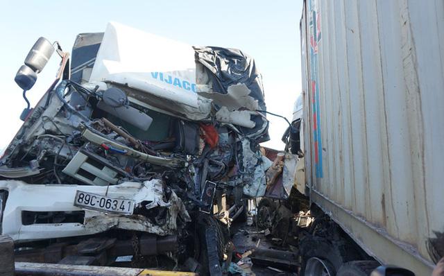 Xe tải đối đầu xe container, 3 người thương vong - Ảnh 1.