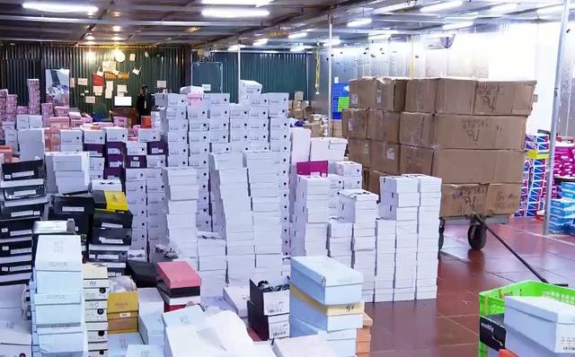 Đột kích kho hàng lậu hơn 10.000 m2 để bán qua livestream Facebook - Ảnh 2.