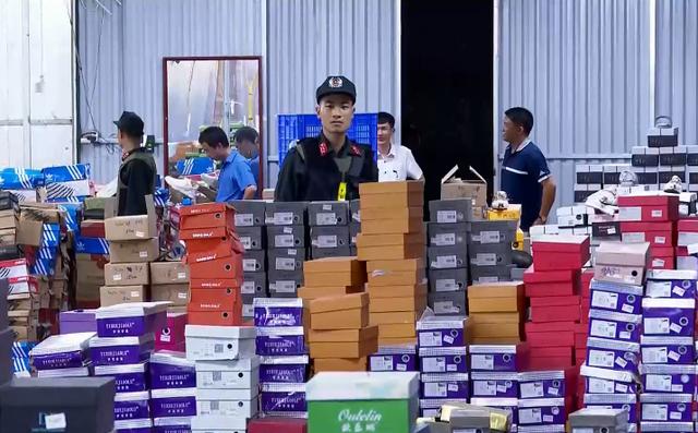 Đột kích kho hàng lậu hơn 10.000 m2 để bán qua livestream Facebook - Ảnh 1.