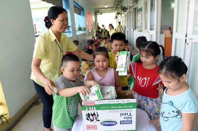 """Những giờ uống sữa """"vui khỏe, an toàn"""" của các em học sinh tại TP.HCM - Ảnh 5."""