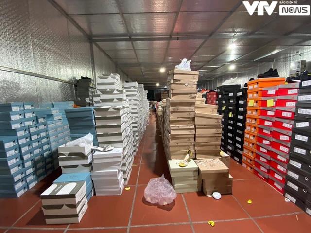 Cận cảnh kho hàng lậu 10.000 m2 được bán công khai trên Facebook - Ảnh 7.