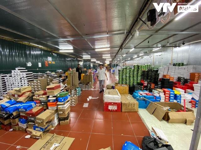 Cận cảnh kho hàng lậu 10.000 m2 được bán công khai trên Facebook - Ảnh 5.
